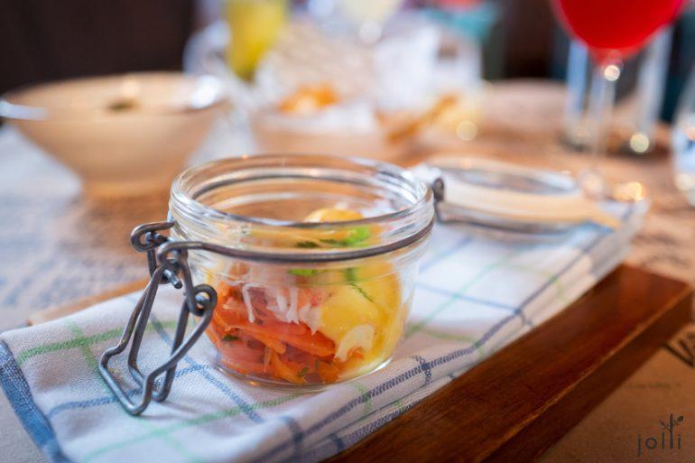盐水煮皇帝蟹配荷兰酱、腌胡萝卜及卡宴辣椒粉