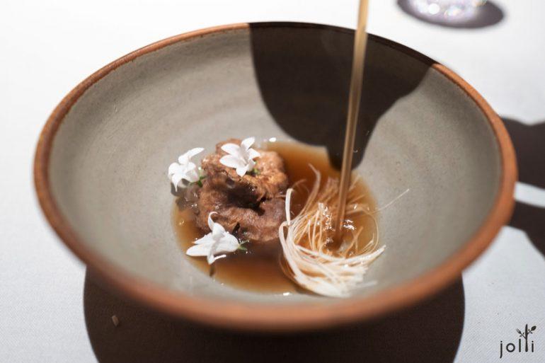 蘑菇清汤配鸡油菌、榛实、块根芹、洋葱及巧克力