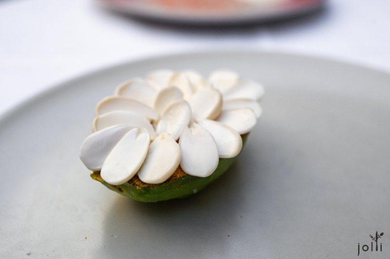 烤牛油果配绿杏仁及咖喱粉