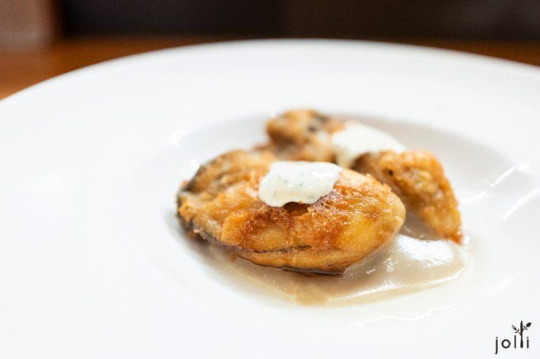 炸牡蛎配菊芋酱及白乳酪
