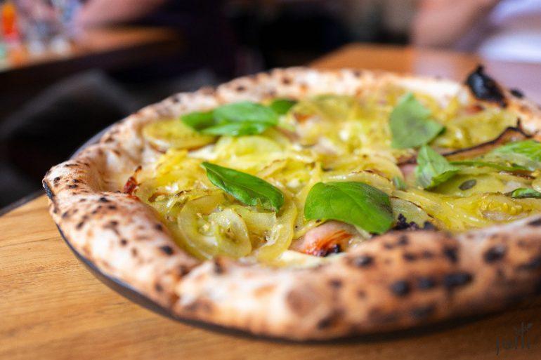 绿番茄-意大利咸肉-烟熏马苏里拉-罗勒的披萨