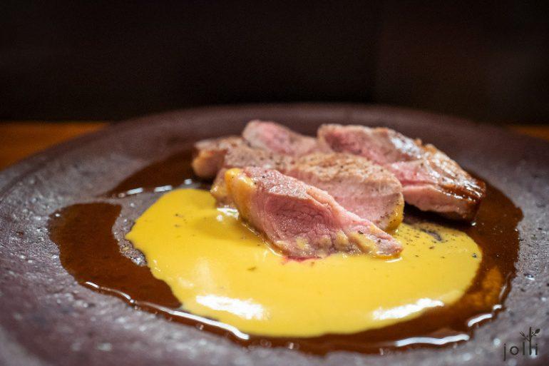 加利西亚猪肉配猪跟鸡的浓缩原汁及对虾藏红花酱汁