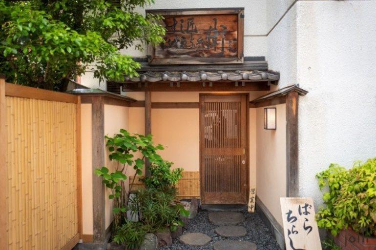 餐廳門口,右邊有個小牌寫著「ばらちらし」(Barachirashi)
