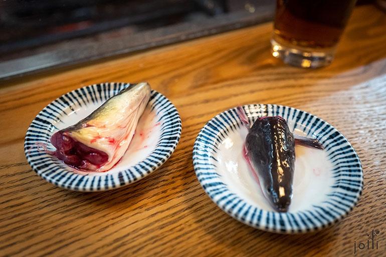 天然鰻魚(左)、養殖鰻魚(右)