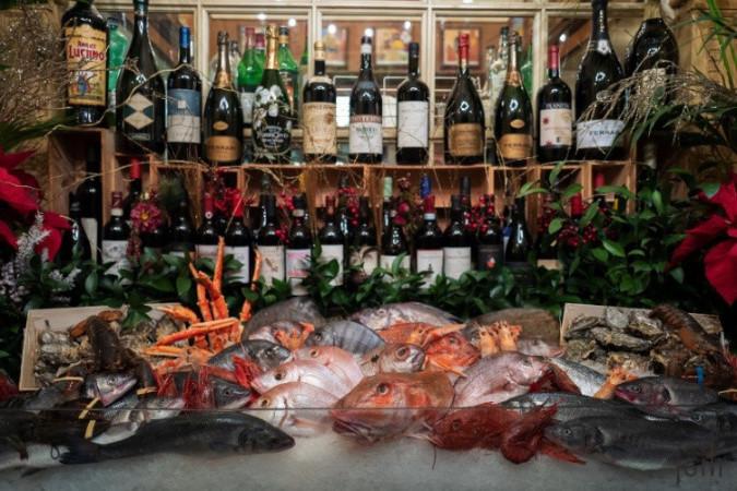 大門前的冰櫃展示著各種海鮮