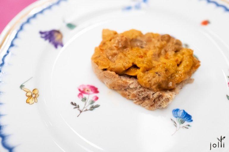 自家製黑麥麵包配紫海膽