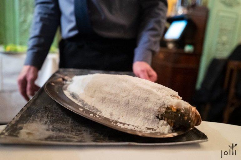原條鱸魚用鹽蓋著烤