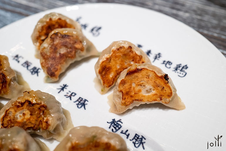 以丹波高坂鸡、飞来幸地鸡、松阪猪、米沢豚及梅山豚作馅料的煎饺