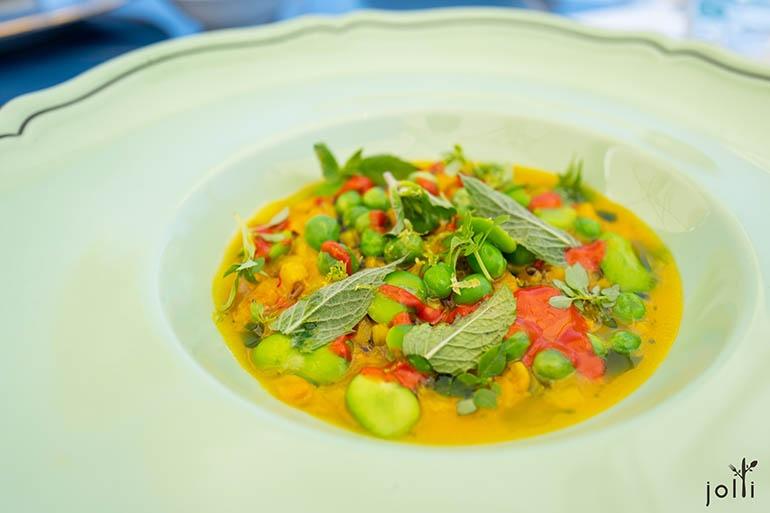 鳕鱼肚鱼汤配上藏红花、青豌豆、蚕豆、薄荷、Crusco辣椒及希腊罗勒等等