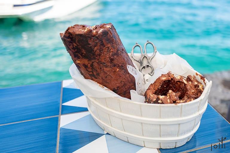 85%黑巧克力(左)、乾果及蜜糖製成的牛軟糖(右)
