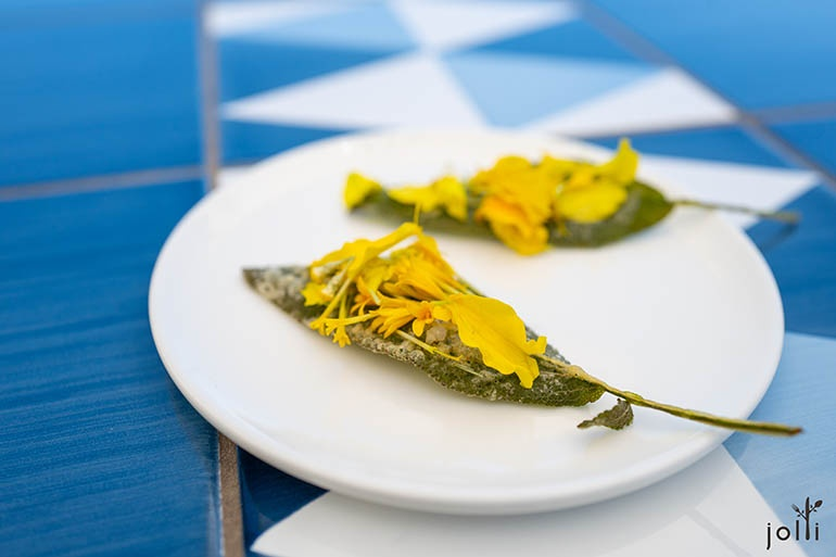 炸鼠尾草配小胡瓜花、鹽、刺槐蜜、萬壽菊
