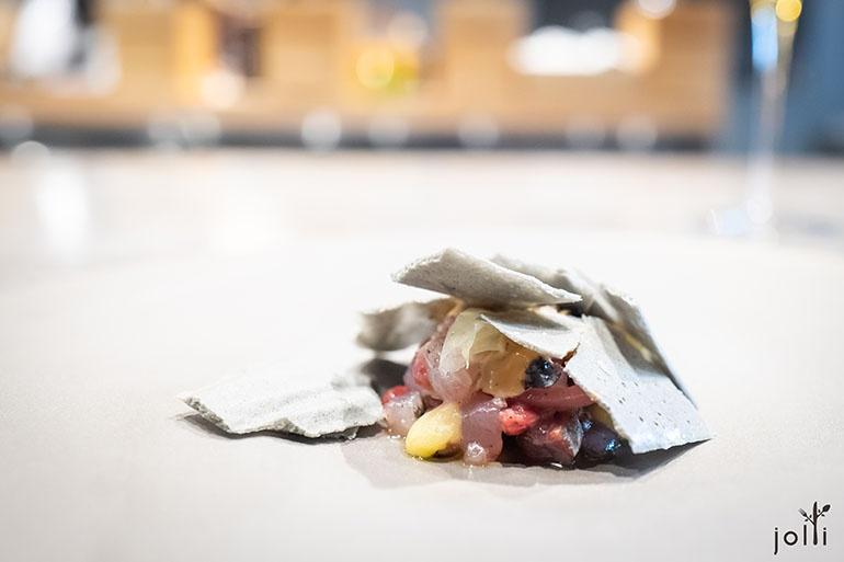 竹荚鱼骨出汁脆片配牛肉鞑靼、醋渍竹荚鱼、漬红洋葱、巴萨米克醋、蛋黄酱及柠檬汁