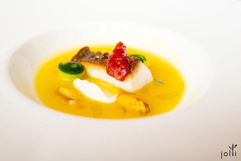 真鰹魚配塊根芹及鮮美的貽貝醬汁