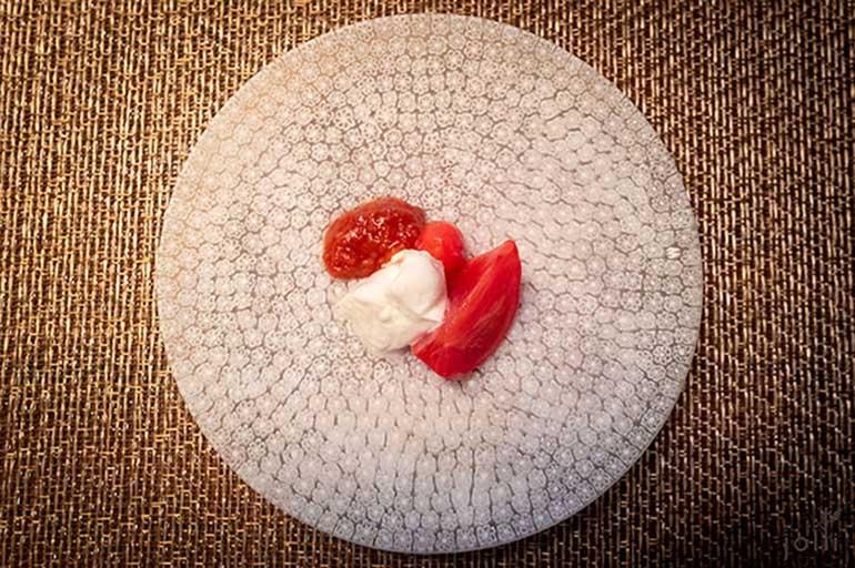 大玉的番茄及小番茄佐木更津的莫扎雷拉奶酪及番茄泥配渍姜