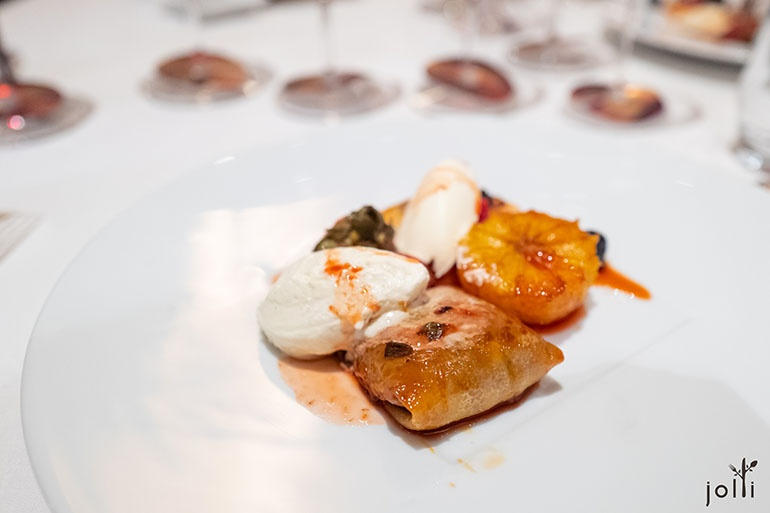 Dulce de leche薄餅配佐炭火製作的烤鮮橙、草莓及菠蘿