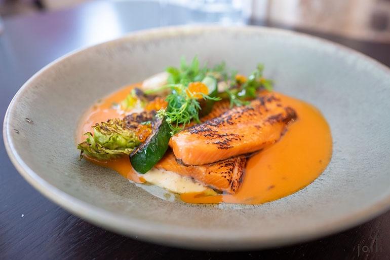 烤鳟鱼配普罗旺斯鱼汤酱汁