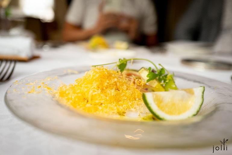 夏季蔬菜配熟成24个月的法国莫雷特奶酪