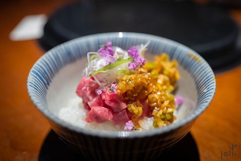 生牛肉饭配中国风的芝麻榨菜辣油