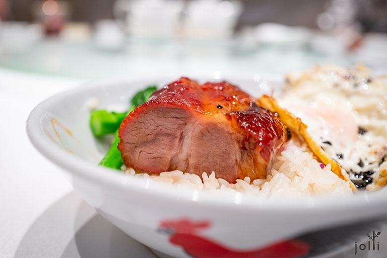叉燒入口爽嫩鬆化,充滿回彈力,越嚼越出肉香,最重要是燒出「燶邊」的魅力