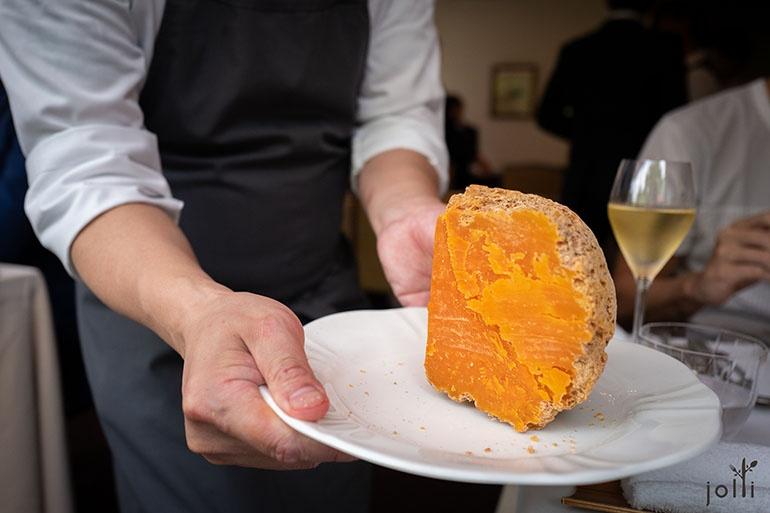 熟成24个月的法国莫雷特奶酪
