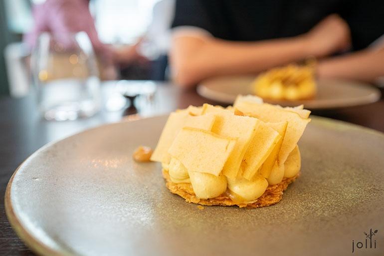荞麦奶油、苹果柚子酱、味噌焦糖和苹果脆片的挞饼