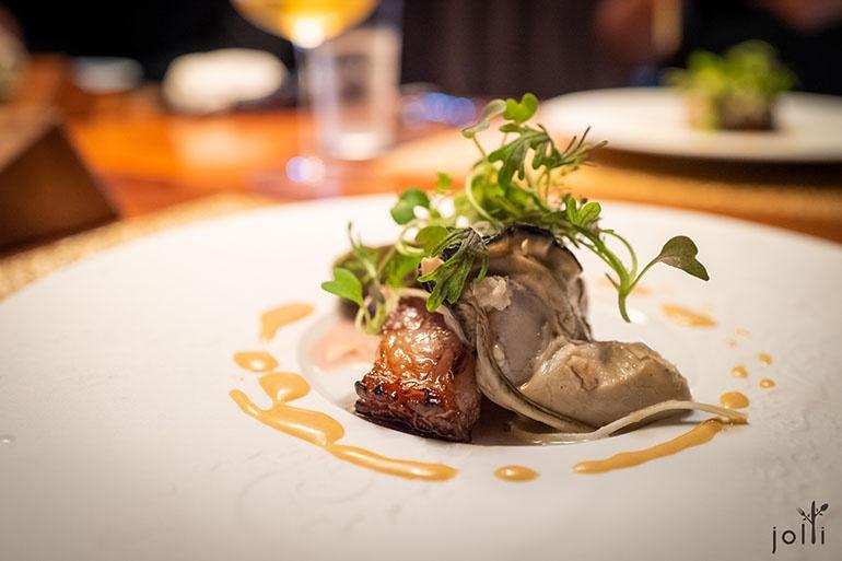 烤豬肉及酒蒸牡蠣配白芝麻醬汁