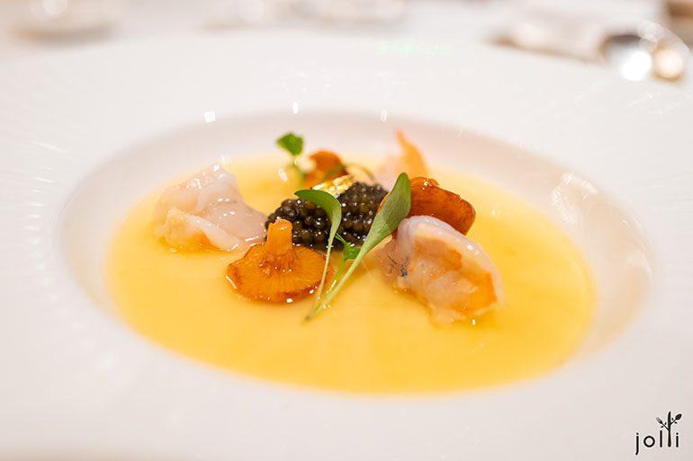 蒸蛋配蓝虾、鸡油菌及鱼子酱