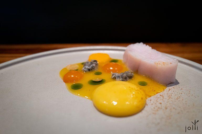 「Fish & Fruit 2.0」的鲷鱼搭南瓜芒果泥和热情果蛋乳液