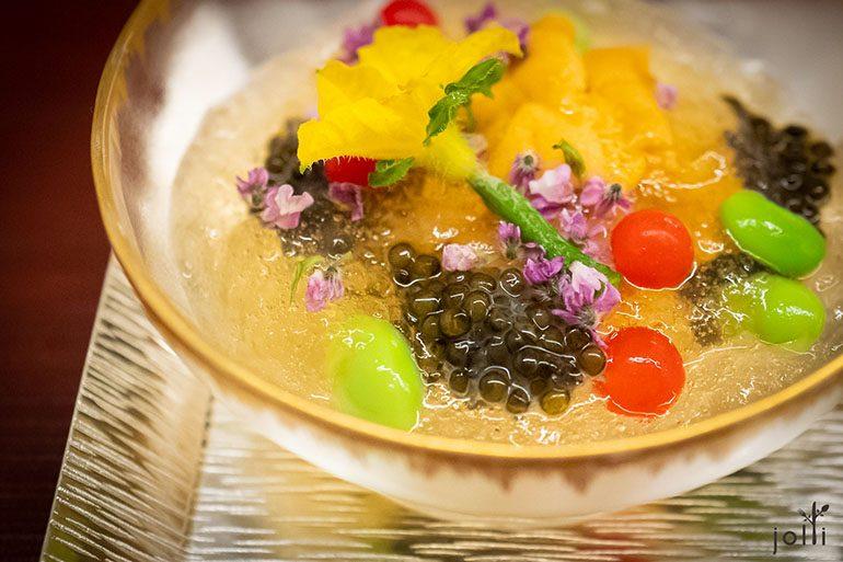 赤海胆配比利时鱼子酱、番茄味出汁果冻、毛豆、微型番茄、紫苏叶及黄瓜花