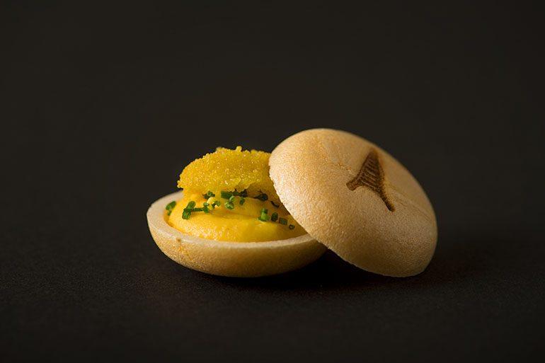 「Sugalabo」的烏魚子最中餅 (攝影師:Yohei Murakami)