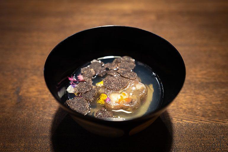 鮑魚和蝦黑松露布丁湯品