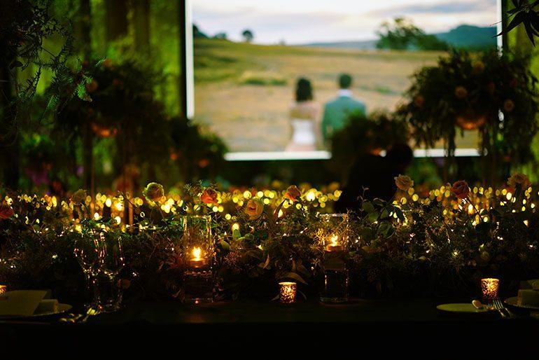 餐桌以绿叶、香料、玫瑰、蜡烛及小灯作布置 (场地及统筹:东京君悦酒店 / 布置及花卉设计:UI Florist Workshop / 光雕投影:UNOLAB / 摄影师:Yohei Murakami)