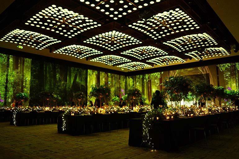 婚宴场地 (场地及统筹:东京君悦酒店 / 布置及花卉设计:UI Florist Workshop / 光雕投影:UNOLAB / 摄影师:Yohei Murakami )