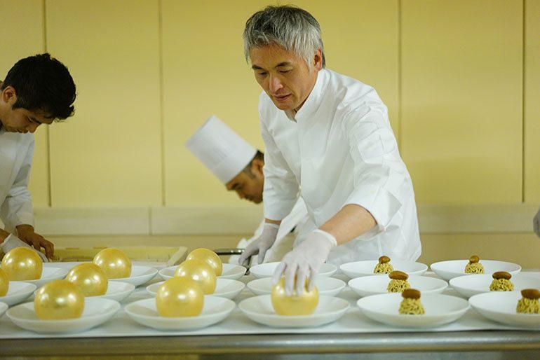 「Sugalabo」的成田一世在製作糖球配栗子蒙布朗甜品(攝影師:Yohei Murakami)