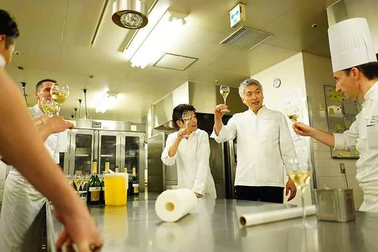 「Sugalabo」及「東京君悅酒店」的大廚們完成婚宴後乾杯(攝影師:Yohei Murakami)