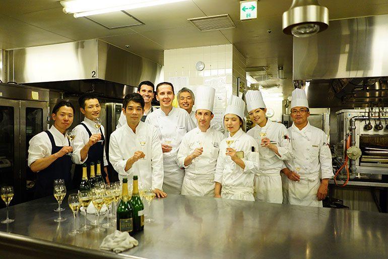 「Sugalabo」及「东京君悦酒店」的团队合影(摄影师:Yohei Murakami)