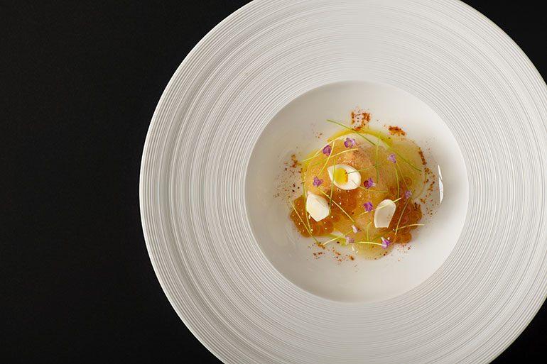 「Sugalabo」的松叶蟹配鲑鱼子及百合 (摄影师:Yohei Murakami)