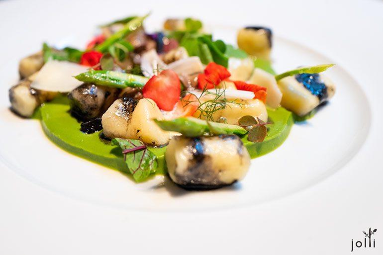 意大利團子配蝸牛、蘆筍、蒲公英葉及羅比奧拉奶酪