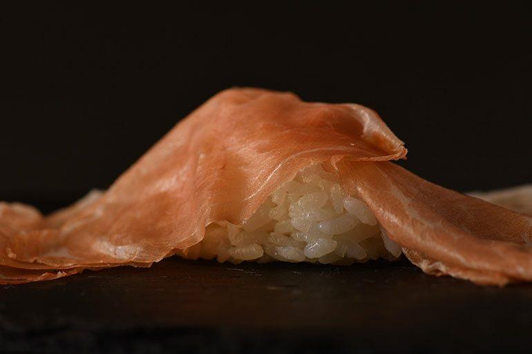 「Sugalabo」的24个月「Bon Dabon」巴马火腿配自家品牌的「Hinohikari」米饭 (摄影师:Yohei Murakami)
