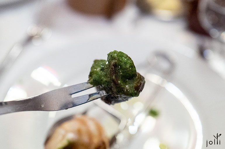 蜗牛配黄油、香草和大蒜的混合酱