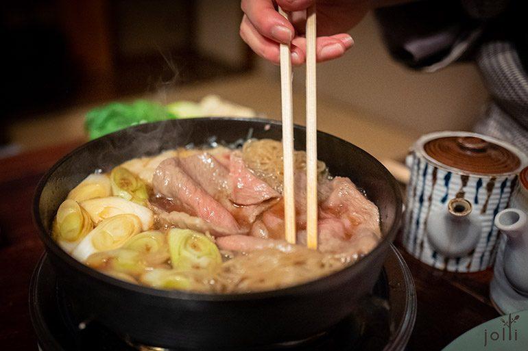 配以大蔥、洋蔥、燒豆腐及蒟蒻絲等等