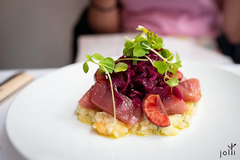 藍鰭金槍魚配醃酸菜、櫻桃及土豆沙拉