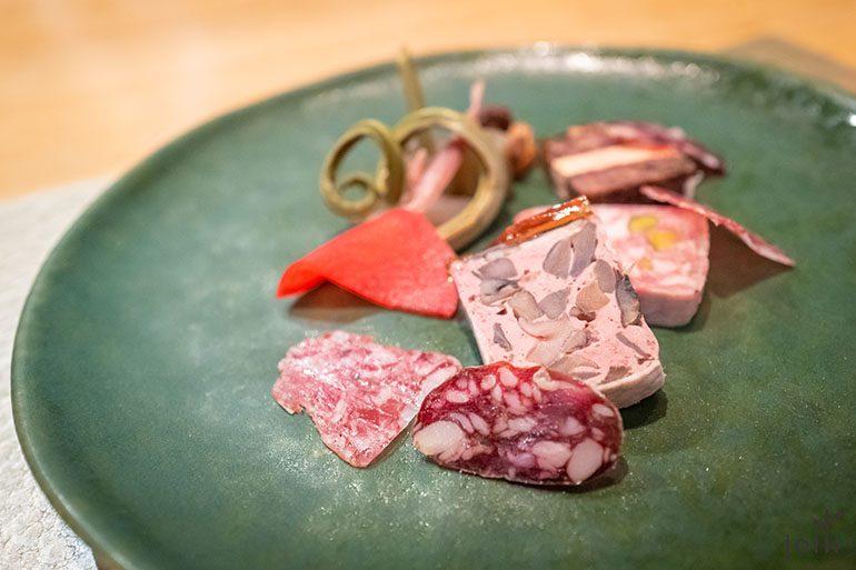 红酒短角牛鹅肝酱、蘑菇鹿肉慕斯酱,以及甚为欣赏的开心果猪肉酱和熟成香肠