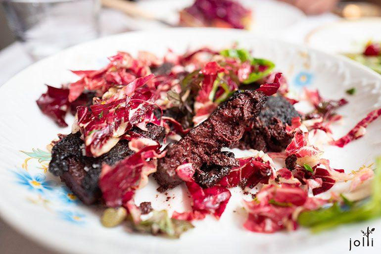 黑血肠用上法国西南部的新鲜猪血,以高温烹煮凝结,只入盐和黑胡椒调味