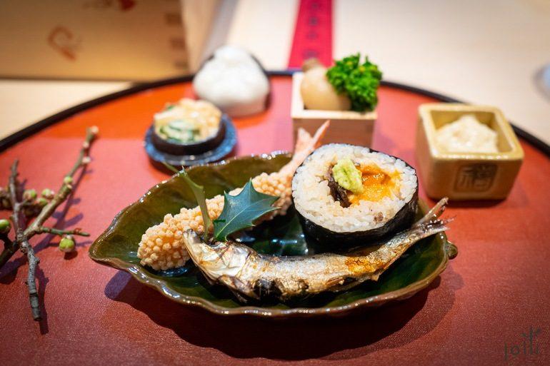 太卷、花豆、油菜花、慈菇、海胆、炸虾、烤沙丁鱼、海蜇青瓜拌芝麻酱及汤叶