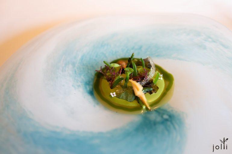 海藻及香料配浮游生物和羅勒的醬汁