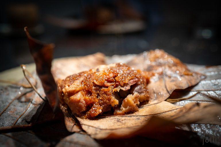 朴叶包着西班牙伊比利黑毛豬、栗子及糯米