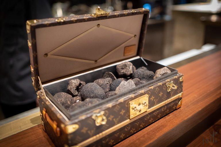 装满黑松露的路易威登花押字图案的宝盒