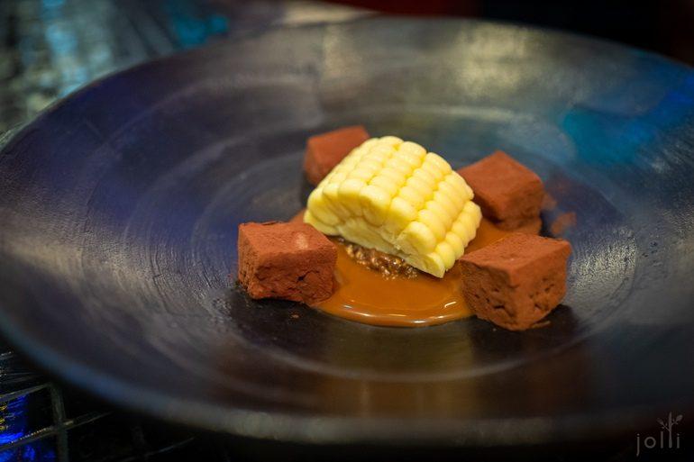 烟熏玉米冰淇淋配香草焦糖牛奶酱、榛子果仁糖及松露咖啡巧克力