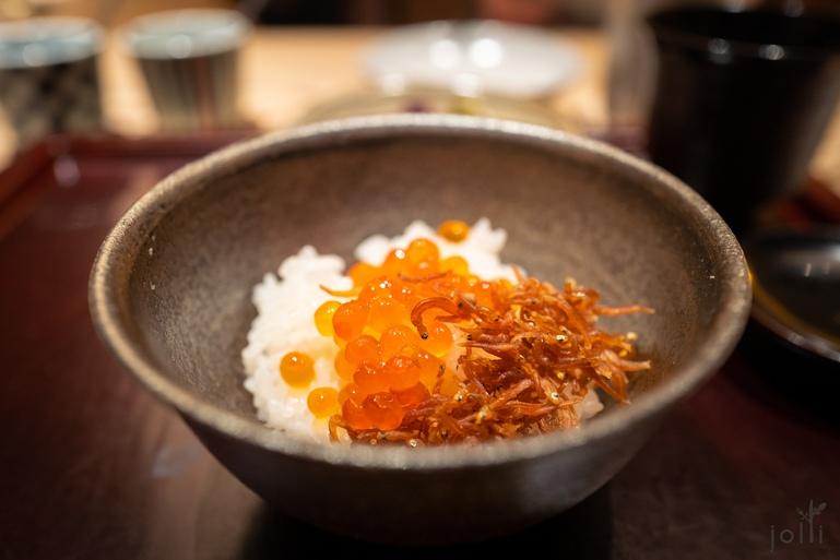 白饭配渍鲑鱼子及小白鱼干山椒